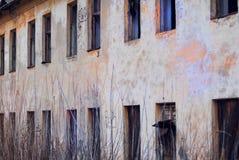 Разрушанная стена покинутых казарм Стоковое фото RF