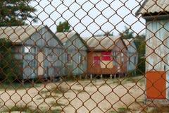 Разрушанный дом за загородкой Стоковые Изображения