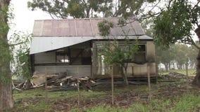Разрушанный старый сельский дом общественной дорогой через Мец акции видеоматериалы