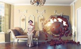 Разрушать шарик в комнате и женщине Стоковое Изображение