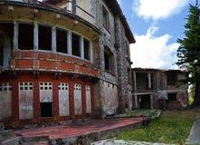 Разрушенная стена в тропиках стоковые изображения