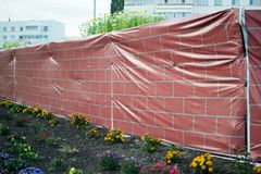 Разрушенная стена закрыта напечатанным изображением Стоковое Фото