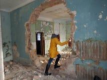 Разрушенное здание после войны в Donbass в Украине стоковая фотография