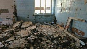 Разрушенное здание после землетрясения бедствия, поток, огонь