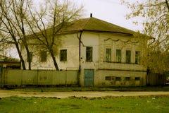 Разрушенное здание кирпича административное  стоковые изображения rf