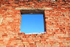разрушенное кирпичом окно дома Стоковое Фото