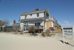 Разрушенное свойство пляжа для продажи в опустошенной области через 6 месяцев после урагана Sandy стоковое изображение