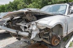 Разрушенный автомобиль с откидным верхом в дворе старья стоковая фотография