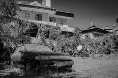 Разрушенный автомобиль B&W стоковое фото