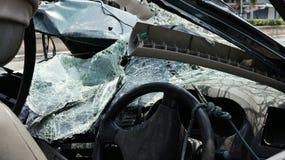 Разрушенный автомобиль лицевой части лобового стекла стоковые изображения
