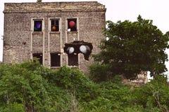 Разрушенный дом после взрывать с потерянными душами в окнах стоковая фотография rf