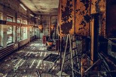 Разрушенный и покинутый магазин фабрики, полный беспорядок и desolati стоковое изображение