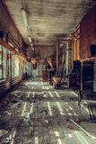 Разрушенный и покинутый магазин фабрики, полный беспорядок и desolati стоковое фото rf