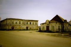 Разрушенный кирпичом магазин зданий в русском стоковая фотография