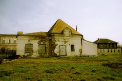 Разрушенный кирпичом магазин здания в русском стоковая фотография rf