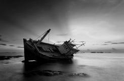 Разрушенный корабль в черно-белом Стоковые Изображения