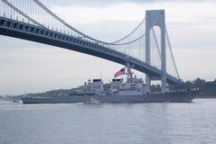 Разрушитель управляемой ракеты USS McFaul военно-морского флота Соединенных Штатов во время парада кораблей на неделе 2014 флота Стоковое Изображение