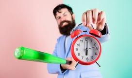 Разрушьте или поверните  Часы и бейсбольная бита владением костюма человека в руках Концепция дисциплины дела Контроль времени и стоковые фото