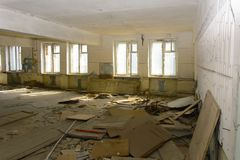 Разрушьте и ограбьте магазин завода, который работал стоковые изображения rf