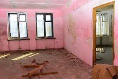 Разрушьте и ограбьте магазин завода, который работал стоковая фотография rf