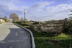 Разрушьте шлюпку в стороне дороги Стоковая Фотография