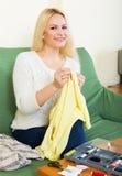 Разрывы домохозяйки шить одежд Стоковое Изображение