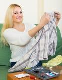 Разрывы домохозяйки шить одежд Стоковое Фото