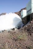 Разрядка воды на запруде стоковые изображения rf