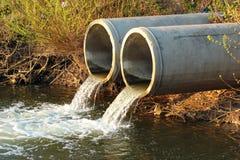 Разрядка нечистот в реку стоковые фотографии rf