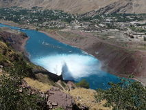 Разрядка воды от резервуара Nurek гидроэлектрического Стоковая Фотография