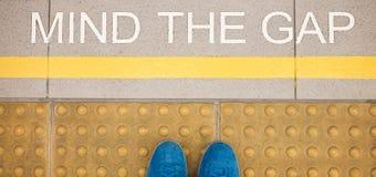 Разум знака зазор покрасил на крае платформы вокзала Стоковые Фотографии RF