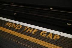Разум ` знак ` зазора расположенный в подполье Лондона стоковые фото