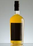 разлейте белизну по бутылкам воды путя клиппирования изолированную стеклом минеральную Стоковая Фотография