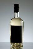 разлейте белизну по бутылкам воды путя клиппирования изолированную стеклом минеральную Стоковое Фото