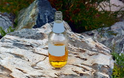 разлейте белизну по бутылкам воды путя клиппирования изолированную стеклом минеральную Стоковые Изображения