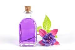 разлейте белизну по бутылкам воды путя клиппирования изолированную стеклом минеральную Стоковые Фотографии RF