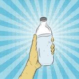 разлейте воду по бутылкам руки Стоковое Изображение