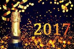 разлейте шампанское по бутылкам счастливое Новый Год Стоковые Фотографии RF
