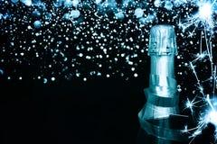 разлейте шампанское по бутылкам счастливое Новый Год Стоковое фото RF