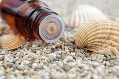 разлейте эфирное масло по бутылкам Конец вставки подсказки капельницы бутылки вверх Стоковое Фото