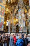 разленный спаситель церков крови Посетители слушая гид Стоковые Фото