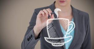 Раздел бизнес-леди средний с ручкой и белый кофе doodle против коричневой предпосылки Стоковые Фотографии RF