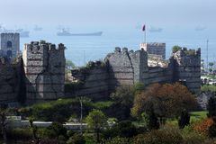 Раздел больших стен и башен города построенных во время конца четвертого века ДО РОЖДЕСТВА ХРИСТОВА вокруг Стамбула в Турции стоковое фото rf