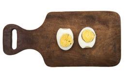 Разделение вареного яйца в 2 половинах Стоковые Изображения