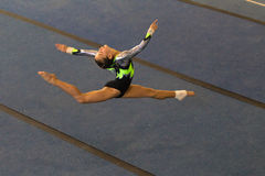 Разделения воздуха пола девушки гимнастики Стоковое Изображение RF