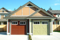 Разделенное снабжение жилищем гаражей селитебное Стоковые Изображения RF
