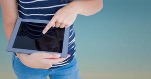 Раздел женщины средний с таблеткой против голубого градиента Стоковое Фото