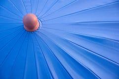 Разделите umbrela голубой нашивки осмотренное от верхней части Стоковое Фото
