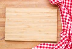 Разделочная доска и красная салфетка Стоковое фото RF