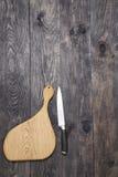 Разделочная доска и нож на древесине Стоковое Изображение